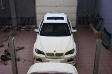 BMW X6 в помещении сто во время установки стайлинг пакета Hamann Tycoon на